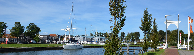 Kanal in Stavoren mit Segelschiff